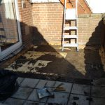 tegels en dakbedekking halverwege sloop